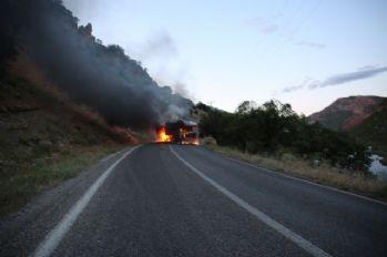 Teröristler tır yakıp şoförünü kaçırdı