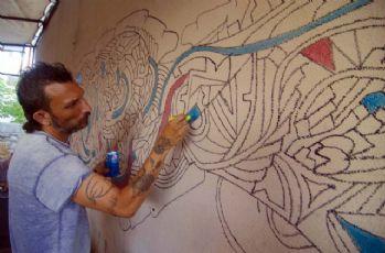 Tablolarını çöpe atan ressam fırçasıyla Ovacık'ı süsledi