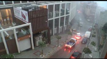 Kağıthane'de dolu araçları vurdu, fırtına eşyaları uçurdu