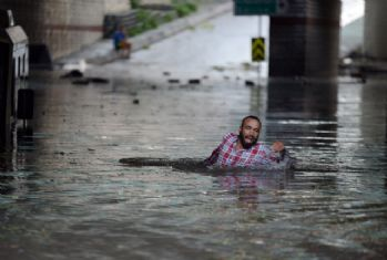 Sel sularından yüzerek kurtuldu