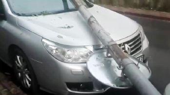 Fatih'te park halindeki aracın üzerine elektrik direği devrildi