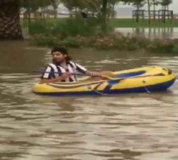 Biri yüzdü diğeri botla gezdi