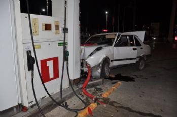 Otomobil petrol istasyonuna daldı: 4 yaralı
