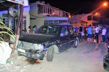 5 otomobile çarptıktan sonra dükkana daldı