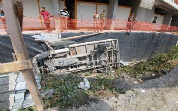 Kontrolden çıkan kamyon inşaat alanına uçtu