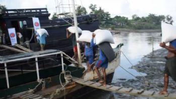 Türkiye'nin Arakan'a yardımları botlarla dağıtıldı