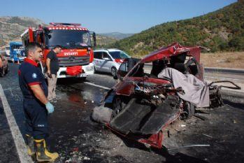 Otomobil hafif ticari araçla çarpıştı: 1 ölü, 7 yaralı