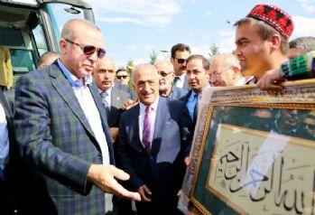 Cumhurbaşkanı Erdoğan'a üniversitelilerden sevgi gösterisi