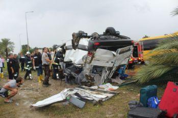 Tur minibüsü devrildi: 3 ölü, 11 yaralı