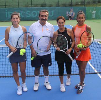 Tenisçilere ödüllerini Hülya Avşar verdi