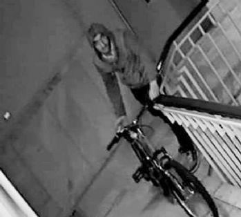 Kamerayı fark eden şaşkın hırsız, bisikleti geri bıraktı