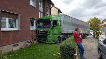 Almanya'da 40 tonluk tır binaya çarptı