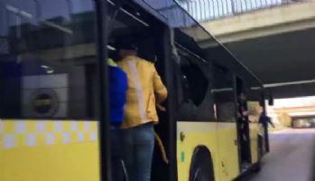 Derbi maça giden F.Bahçe taraftarı otobüsün camlarını kırdı