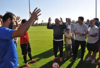 Bakan Çavuşoğlu'ndan Milli Takıma moral ziyareti
