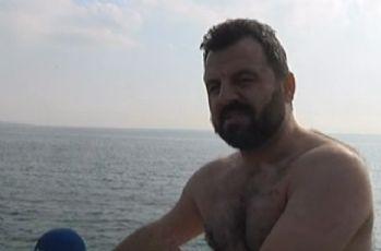 Denize düşen adamı kurtarmak için buz gibi suya atladı