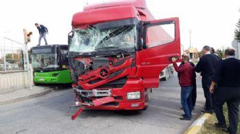 Tır ile halk otobüsü çarpıştı: 10 yaralı