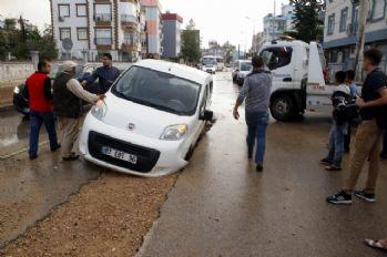 Yol çöktü: 2 araç mahsur kaldı
