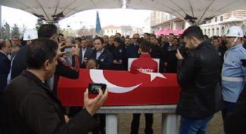 Ezeli rakibi Naim Süleymanoğlu'nun tabutunu öptü