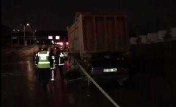 Esenlerde otomobil hafriyat kamyonuna çarptı: 2 yaralı
