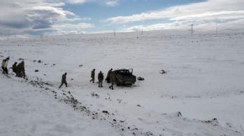 Kaza mahalinde sürücünün donmuş cesedi bulundu