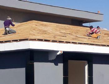 Çatıdaki işçiler canlarını hiçe saydı