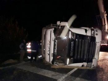 Tır devrildi: Çanakkale-İzmir karayolunda trafik kilitlendi