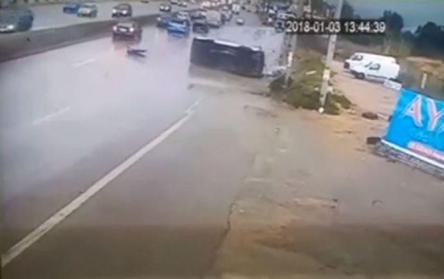 Sürücü yol kenarına uçtu!