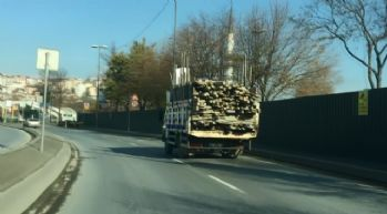 Aşırı yüklü kamyonetin tehlikeli seyri kamerada