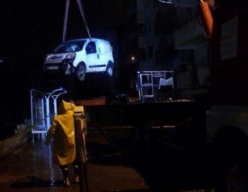 İstinat duvarı çöktü: 2 araç kullanılamaz hale geldi