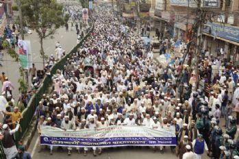 Bangladeş halkı sokaklarda