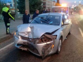 Otomobil ile kamyonet çarpıştı: 11 yaralı