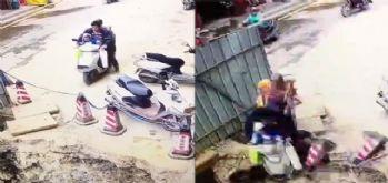 Motosiklet çukura düştü: Adam ve 2 çocuğu...