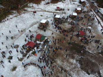 Öğrenciler soğuğa aldırmadan horon tepti