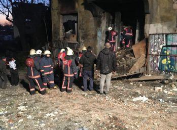 Beyoğlu'nda metruk bina kısmen çöktü