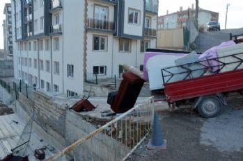 Kamyonet duvara çarptı, öğrenci çatıya uçtu