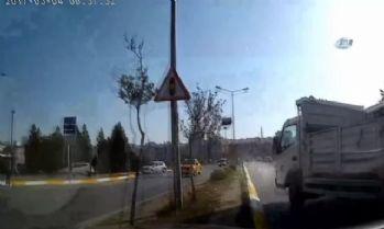 Önündeki kamyonet aniden şerit değiştirince...