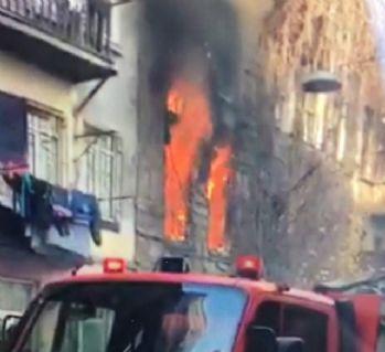 Beyoğlu'nda 5 katlı ahşap binada yangın çıktı