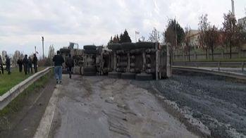 TEM otoyolunda çimento yüklü kamyon devrildi