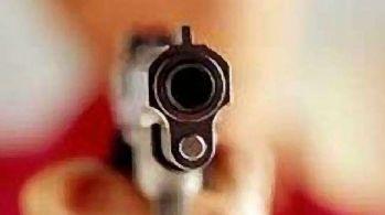 Kızının erkek arkadaşı zannetti, eşini vurdu