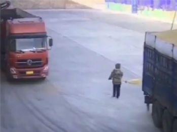 Dikkatsiz işçi kamyonun altında kaldı