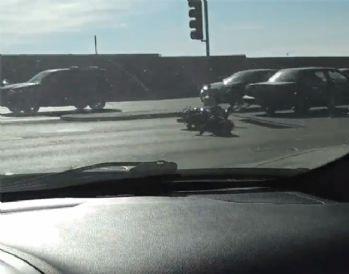Otomobilin çekitiği motosiklet böyle devrildi