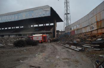 Yıkımı süren Hüseyin Avni Aker Stadı'nda yangın çıktı