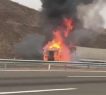 Trafikte korku dolu dakikalar: Tır alev topuna döndü