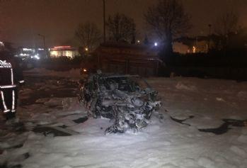 Lüks otomobil kamyonete çarpıp yandı: 4 yaralı