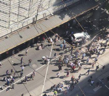 Melbourne'de yayaların arasında dalan araç 19 kişiyi yaraladı