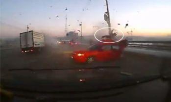 Korkunç kaza kamerada: Araçtan böyle uçtu !