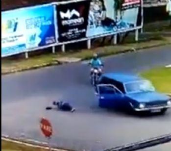 Adam otomobilden böyle düştü