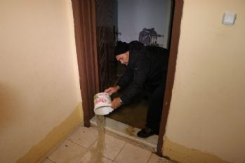 Kanalizasyon borusu patladı ev ve iş yerleri su bastı