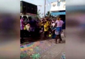 Kamyonet eğlenen kalabalığın arasına daldı