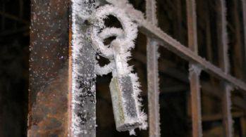 Soğuk hava bina kilitlerini dondurdu